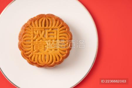 红色背景中的中秋节美食月饼