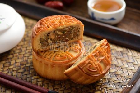 复古中国风背景上的中秋节美食切开的月饼