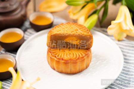 中国风背景中 切开的中秋节美食月饼