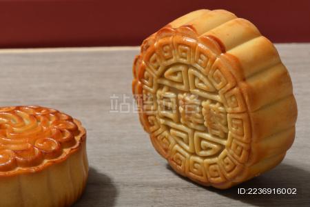 桌面上放着两个花样不同的中国中秋节传统美食月饼