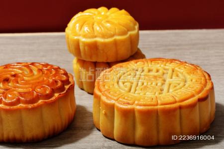 桌面上几个花样不同的中国中秋传统美食月饼