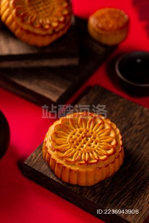 木块上的月饼放在红色背景上