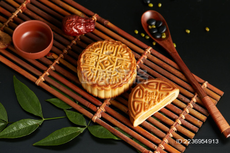 深色背景上的盘装中秋节月饼