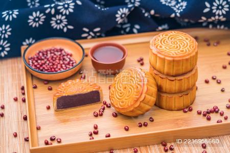 放在托盘里的中国中秋节美食红豆月饼