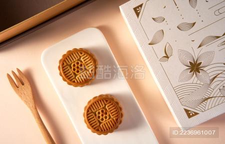 浅色背景上有几块中式月饼