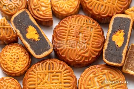 白色背景中散落着 各种样式的中秋节月饼