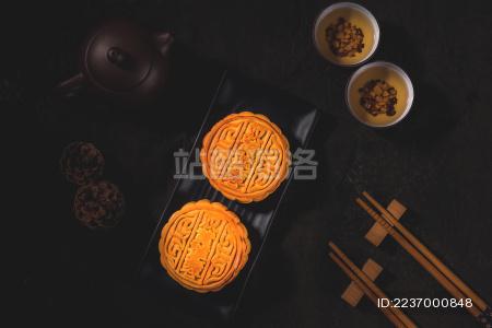 中秋佳节品尝美味蛋黄莲蓉月饼。