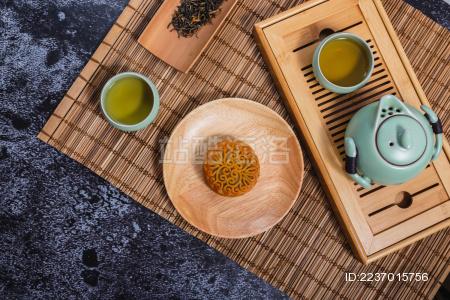 竹席上摆放的茶具和中秋节月饼