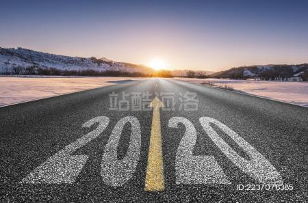 雪原上延伸的道路与2020