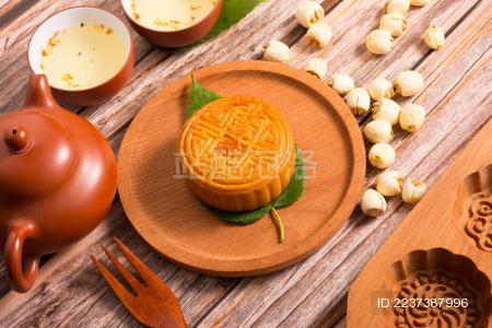传统中秋蛋黄莲蓉月饼