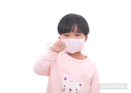 白背景前戴口罩的小女孩