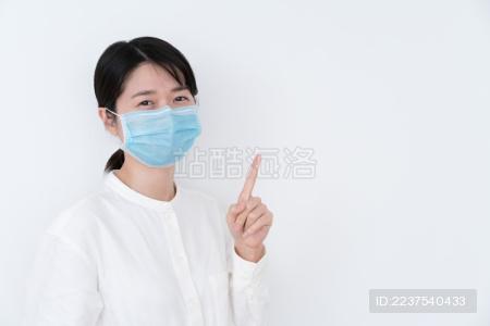 戴着蓝色一次性医用口罩的女生