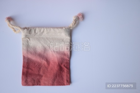 红色渐变到白的植物染布袋子