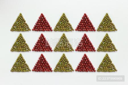 白色背景摆成圆形和三角形的红豆和绿豆