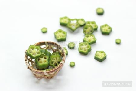 装在竹编小筐中的绿色星形秋葵切片