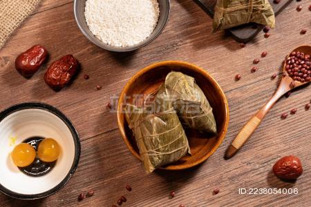 碗里的粽子和旁边的原料