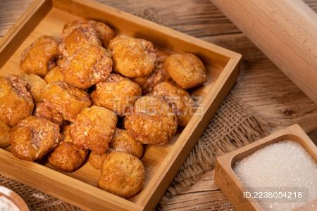 原木色木板桌面上的鸡仔饼和旁边的配料