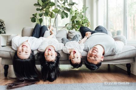 一家人趴在地毯上看向镜头