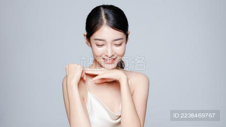 一个年轻漂亮的中国女性半身肖像