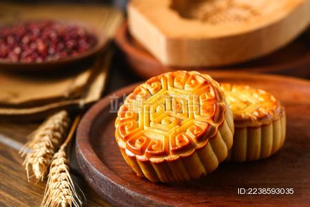 中秋节红豆豆沙月饼放在棕色木盘子里