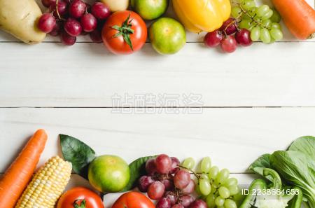 白色桌面上摆放着各种蔬菜水果