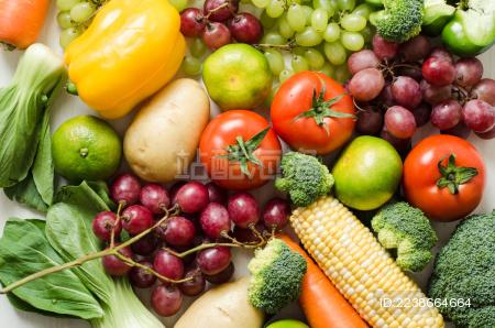 各种新鲜的水果蔬菜堆放在一起