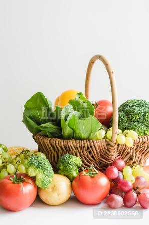 白色背景里摆放着各种各样新鲜的水果蔬菜