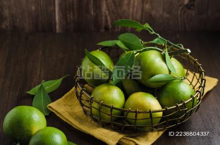 深棕木板上的一篮子蜜柑