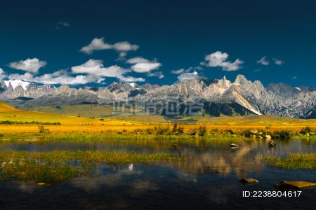 中国四川甘孜州318川藏线措潽沟雪山草地