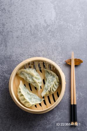 放在蒸笼里的韭菜饺子