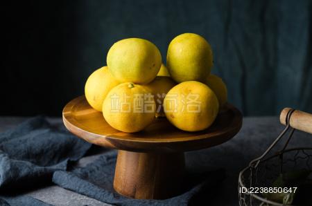 暗调风格的一托盘柑橘