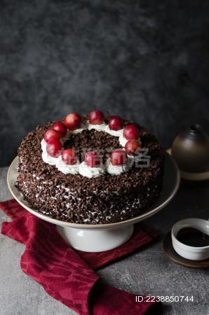 暗调背景里的一盘巧克力生日蛋糕