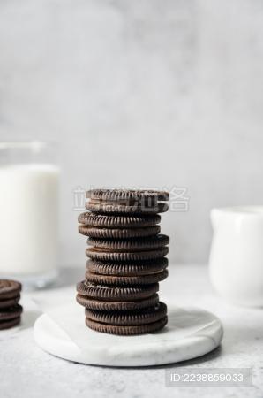 大理石托盘上放着一叠巧克力夹心饼干