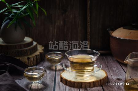 暗调中式背景里透明玻璃杯中的绿茶