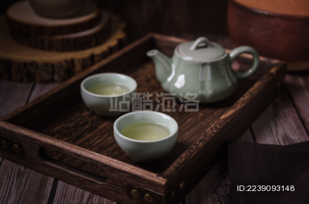 中式背景中陶瓷茶杯里泡好的绿茶