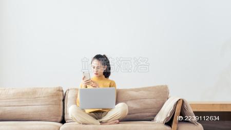 年轻女性居家办公场景