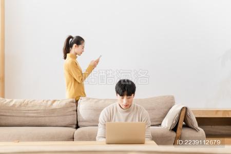 年轻情侣休闲居家生活