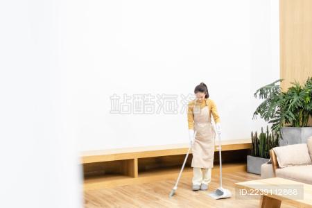 年轻女性打扫房间场景