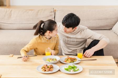 年轻情侣休闲生活方式