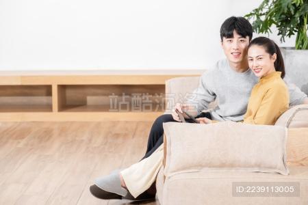 年轻情侣居家生活方式
