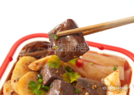 白色背景上摆放的牛油鸭血火腿自热小火锅