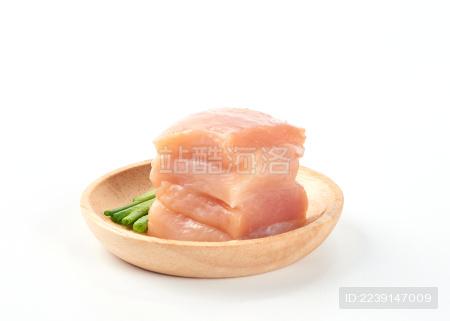 白背景上摆放的新鲜鸡胸肉