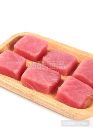 白背景上摆放的新鲜金枪鱼肉