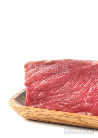 白背景上摆放的整块生鲜牛肉