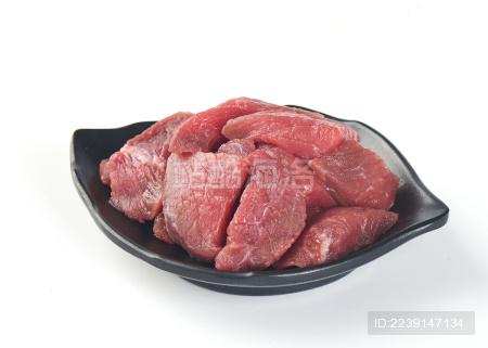 白背景上摆放的生鲜切块牛肉