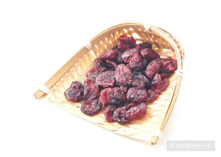 白色背景上摆放的果脯蔓越莓干