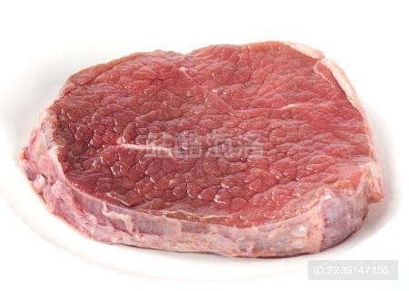 白背景上摆放的生鲜牛排肉