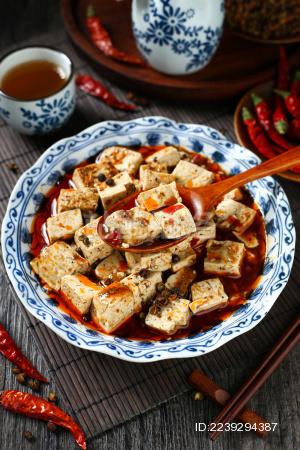 麻婆豆腐放在青花瓷盘里