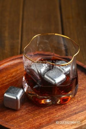 不锈钢冰块冰镇威士忌白兰地放在木盘里