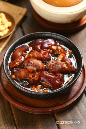 红烧猪蹄放在黑色大碗里